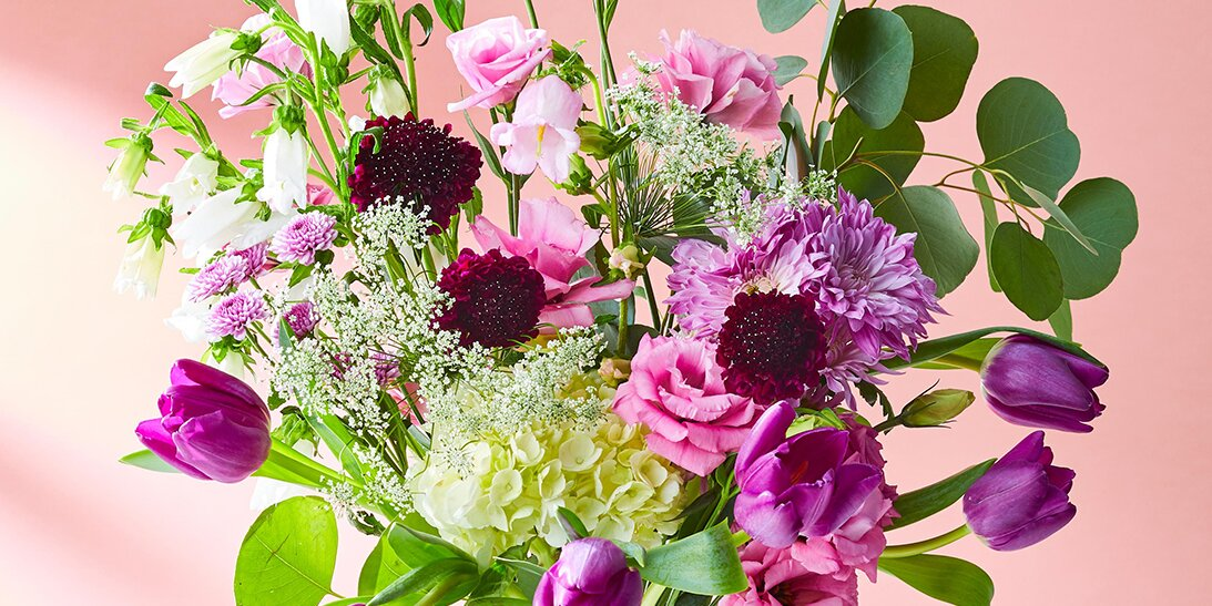 What kinds of flowers are commonly used in bouquets by florists?